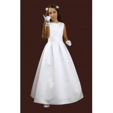 Elegant simple communion dress without sleeves, sewn from a wedding fabric. Skirt in deep doubles. In the waist decorative belt with handmade flower, in the back tied. The whole on the lining stiffened at the bottom of the wheel and the tulle.