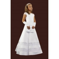 Satin communion dress with lace inserts and sleeves. Fashion with wedges, extended downwards. The lining is stiff at the bottom of the tulle and the wheel.